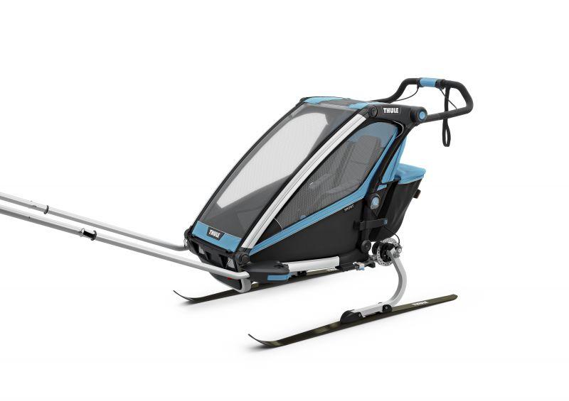 Thule_Chariot_Sport1_ThuleBlue_Skiing_ISO_10201001.jpg